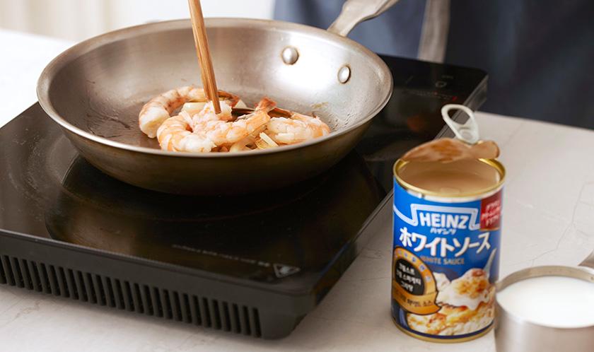 버터 1큰술을 녹인 팬에 양파를 부드럽게 볶은 후 껍질을 제거한 새우를 넣어 볶는다.