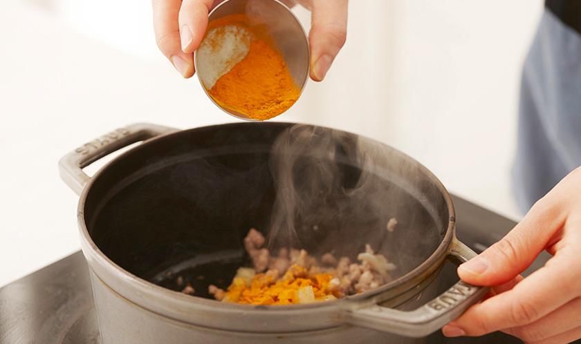 다진 양파를 넣어 볶다 카레가루를 넣어 볶는다.