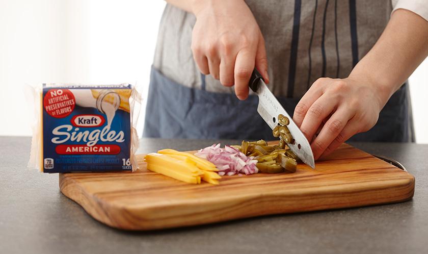치즈는 채썰고, 적양파와 할라페뇨는 굵게 다진다.