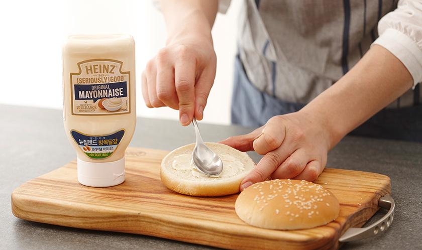 햄버거빵 단면에 마요네즈를 넉넉하게 바른다.