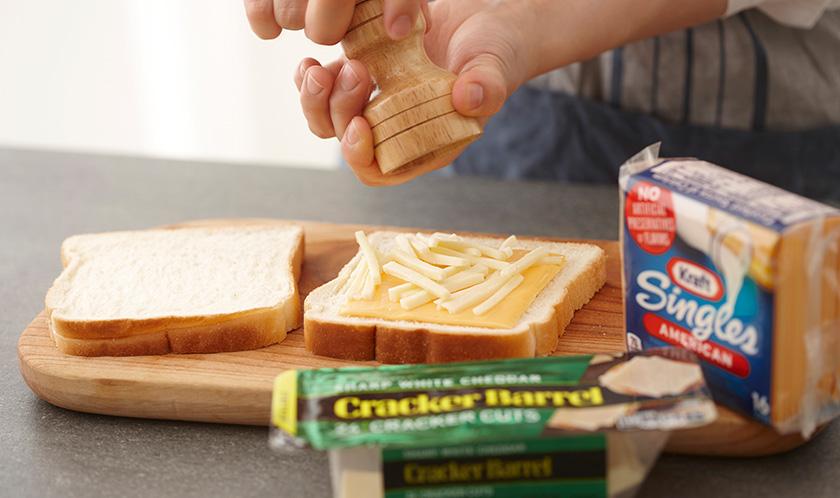 굵은 후춧가루를 1에 듬뿍 뿌려 식빵을 덮는다.