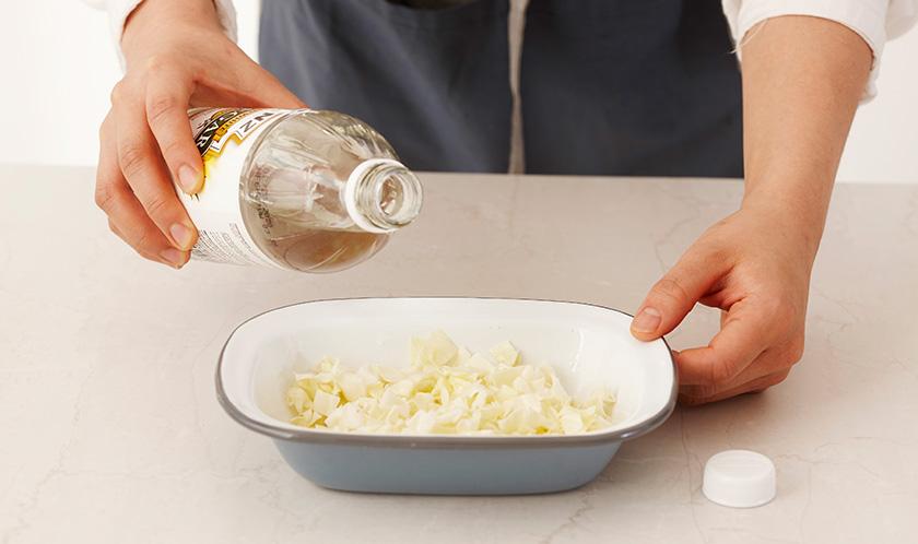 양배추에 식초, 설탕, 소금을 넣어 30분간 절인 후 물기를 꼭 짠다.