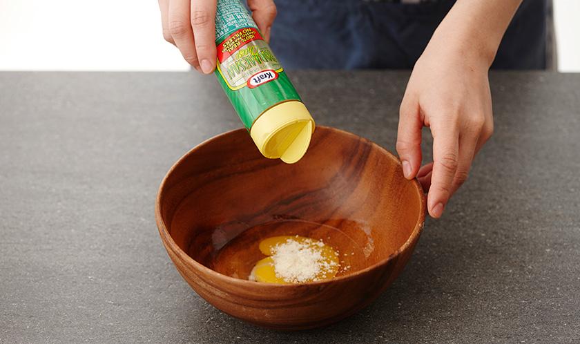 달걀에 파마산 치즈와 후춧가루를 넣어 섞는다.