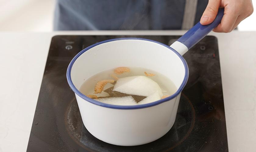 분량의 육수 재료를 냄비에 넣고 약불에서 반으로 줄 때까지 끓인 후 식힌다.