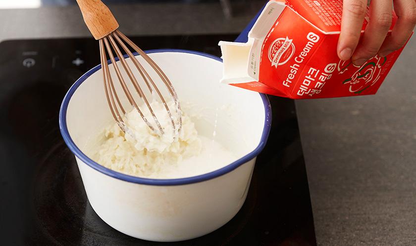곱게 으깬 삶은 감자에 생크림을 넣어 끓인 후 소금, 후춧가루로 간을 한다.