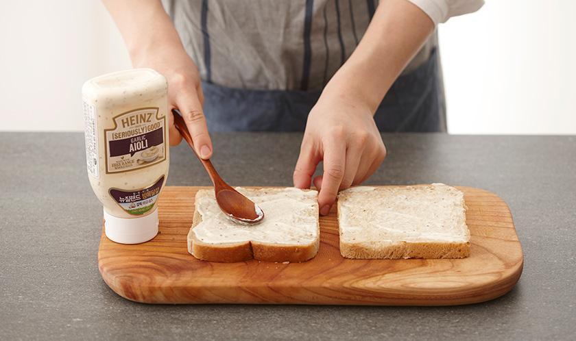 곡물식빵 한 면에 아이올리를 바른다.