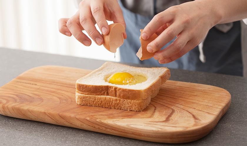 식빵 위에 구멍을 낸 식빵을 올리고 달걀을 깨 넣은 후 소금을 뿌린다.