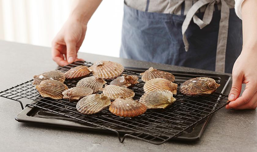가리비는 숯불 혹은 그릴팬에 굽는다.