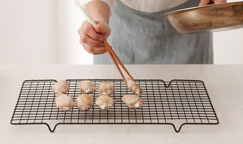 식용유를 두른 팬에 닭날개를 앞뒤가 갈색이 나도록 구운 후 180℃로 예열한 오븐에서 10분, 200℃의 오븐에서 15분 굽는다.
