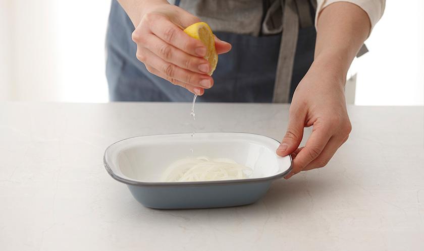 양파는 곱게 채썰어 분량의 양파소스로 가볍게 버무린다.