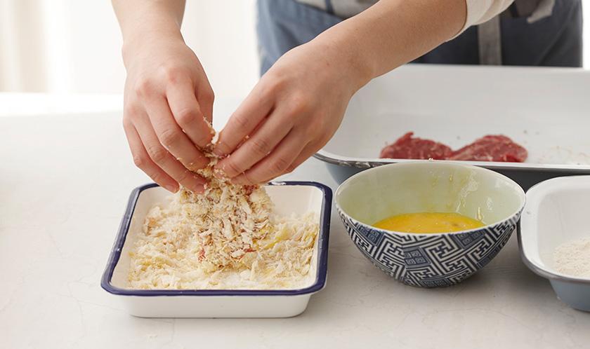 1을 밀가루, 달걀물, 빵가루 순서로 튀김옷을 입힌다.