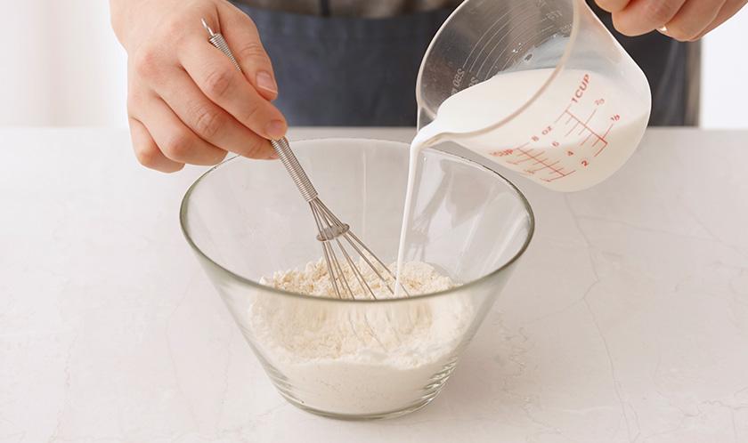 핫케이크가루에 우유를 넣어 되직하게 반죽한다.