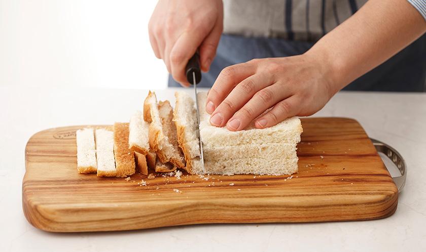 식빵은 가장자리를 자르고, 2등분한다.