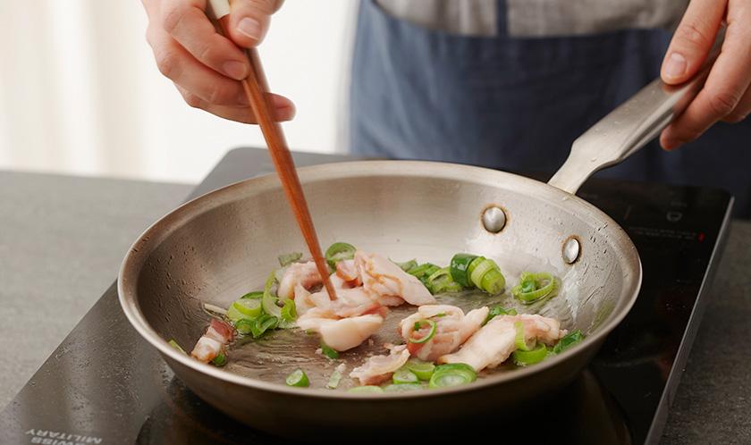 식용유를 두른 팬에 다진 마늘과 다진 파를 볶아 향을 낸 후, 베이컨을 굽듯이 볶는다.