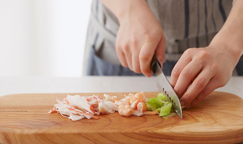 데친 새우는 1cm 폭으로 자르고, 게맛살은 잘게 찢고 샐러리를 얇게 슬라이스한다.