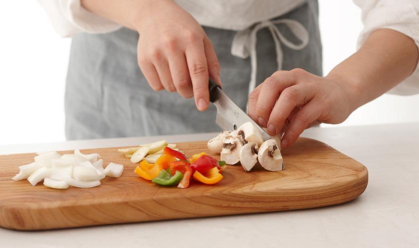 양파, 청피망, 파프리카는 한입 크기로 썰고, 양송이버섯은 4등분하고, 마늘은 편썬다.