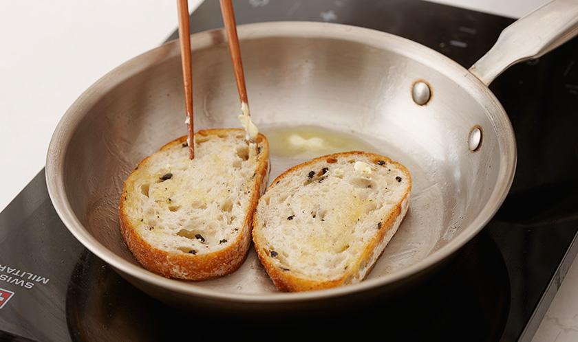 버터를 녹인 팬에 바게트를 노릇하게 굽는다.