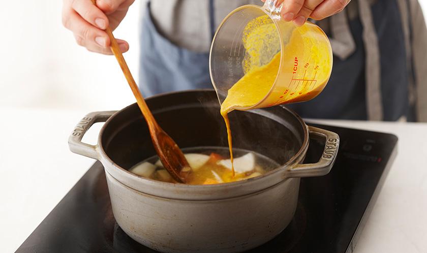 물과 카레가루를 섞어 1에 넣어 끓인다.