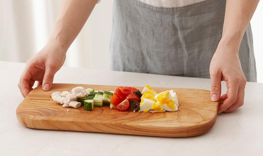 닭가슴살, 오이, 삶은 달걀은 사방 1cm 크기로 네모썰고, 방울토마토는 4등분하고, 블랙올리브는 슬라이스한다.