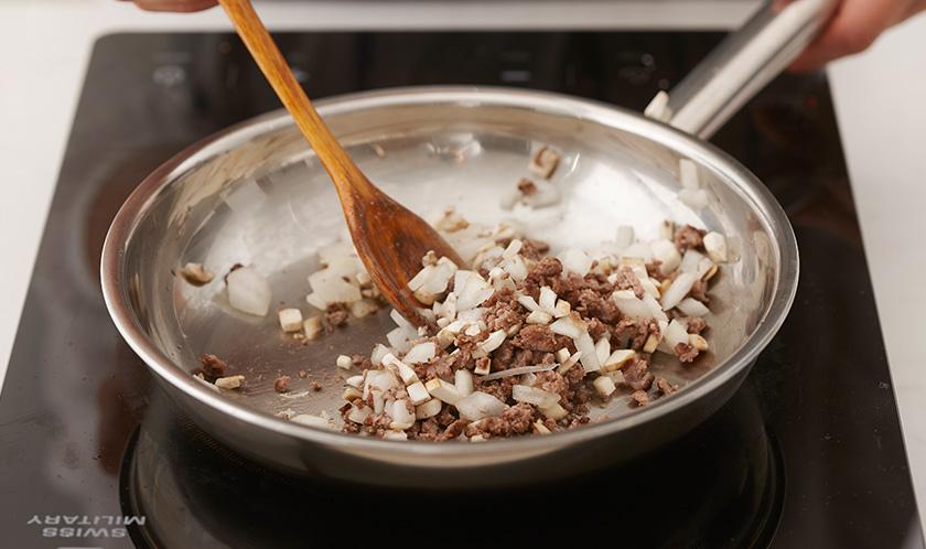 올리브오일을 두른 달군 팬에 다진 양파와 다진 마늘을 넣어 볶다가 소고기를 넣고 볶는다.