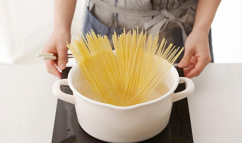소금을 넣은 끓는 물에 링귀니를 8분간 삶는다.