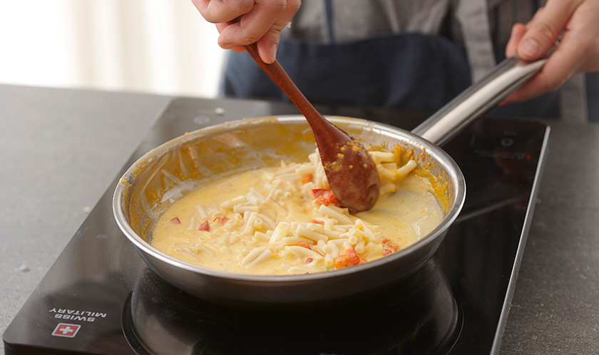 버터를 녹인 팬에 다진 빨강 파프리카, 다진 양파, 패키지 치즈소스의 1/3양, 우유, 마카로니를 넣어 끓인다.