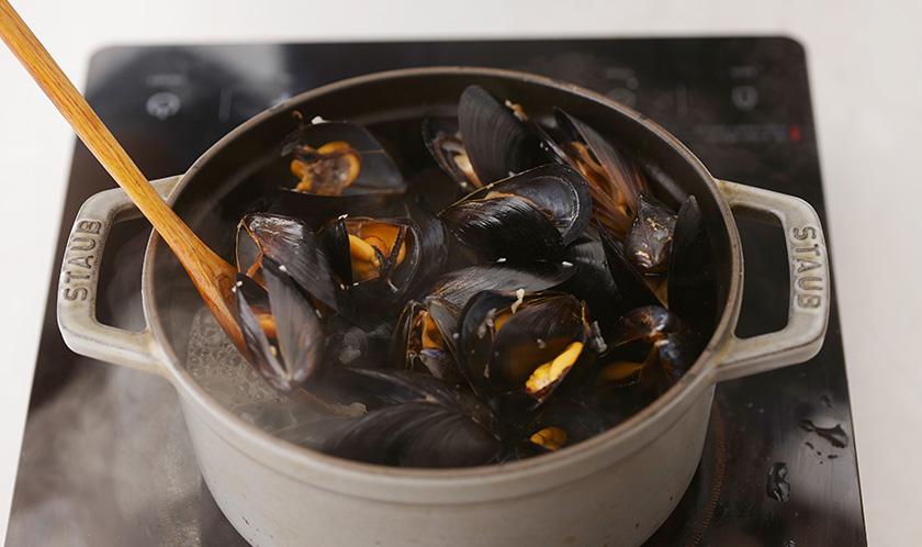 손질한 홍합을 넣고 볶은 후, 화이트와인을 넣는다.