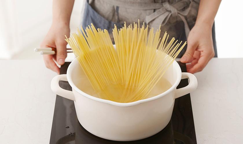 소금을 넣은 끓는 물에 스파게티를 넣어 8분간 삶아 찬물에 헹군 후 물기를 뺀다.