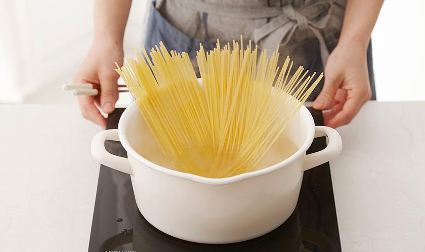 소금을 넣은 끓는 물에 스파게티를 8분간 삶는다.