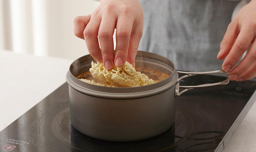 끓는 물에 라면과 라면스프를 넣고 끓인다.