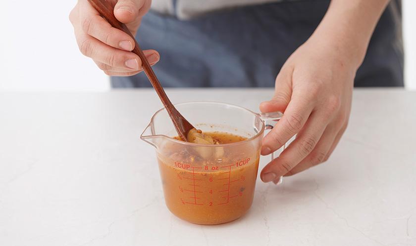 라면스프, 땅콩버터, 물 1컵을 골고루 섞는다.