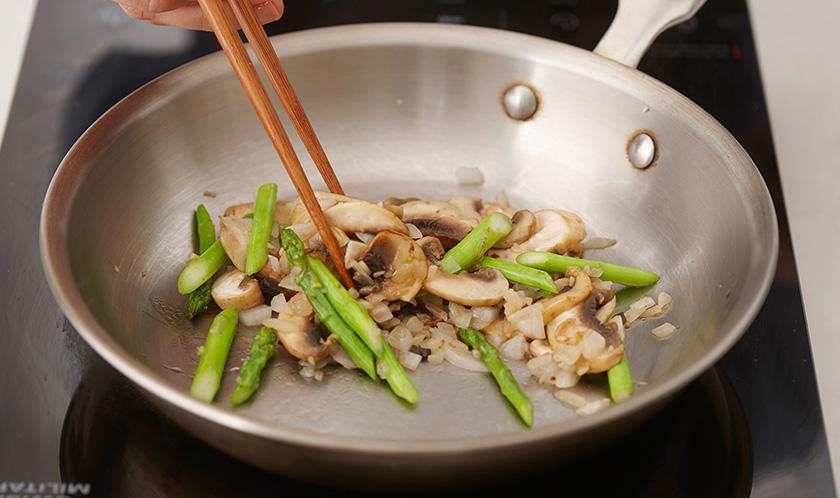 올리브오일을 두른 달군 팬에 다진 양파와 다진 마늘을 볶다, 아스파라거스와 양송이버섯을 넣어 볶는다.