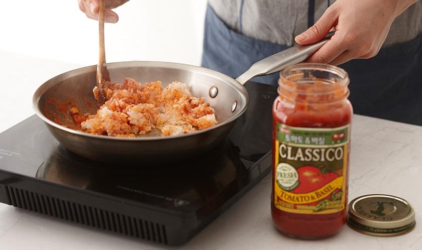 밥을 넣어 볶은 후, 토마토 & 바질를 넣어 볶다 버터를 넣는다.