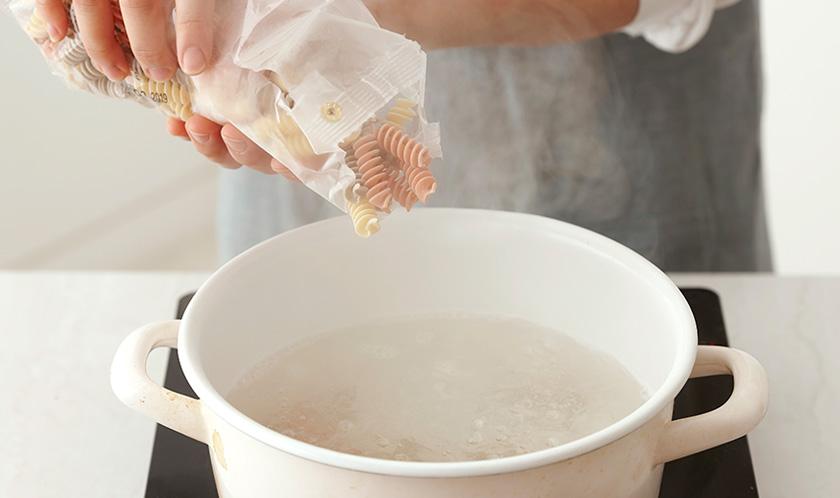 칵테일새우는 끓는 물에 살짝 데치고, 푸질리는 끓는 물에 10분간 삶아 찬물에 헹군다.