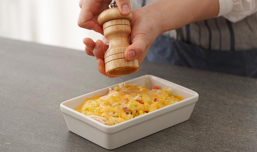 200℃로 예열한 오븐에서 10분간 구운 후 굵은 후춧가루와 다진 이탈리안파슬리를 뿌려낸다.