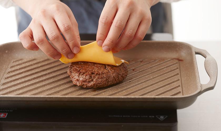 구운 패티 위에 치즈를 올려 잔열로 살짝 녹인다.