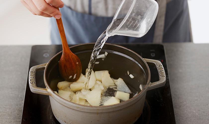 밀가루를 넣어 볶은 후 물과 치킨스톡을 넣고 끓인다.