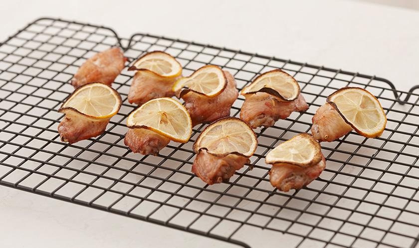 180℃로 예열한 오븐에서 30분간 노릇하게 굽는다.