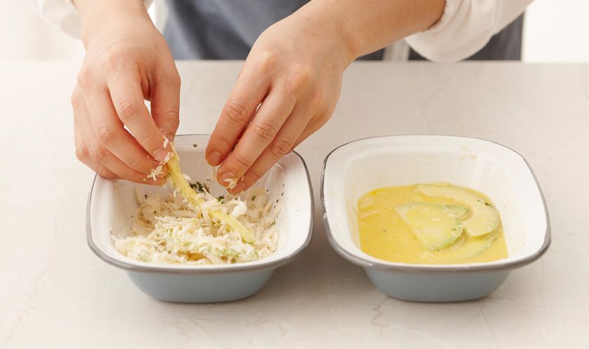 슬라이스한 아보카도는 밀가루, 달걀물, 2 순서로 옷을 입힌다.