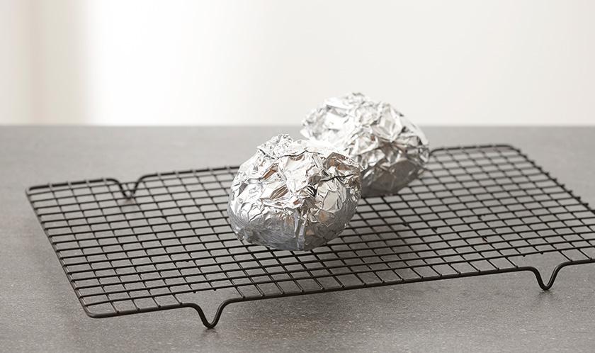 2를 알루미늄호일로 감싸 200℃로 예열한 오븐에서 20분간 굽는다.