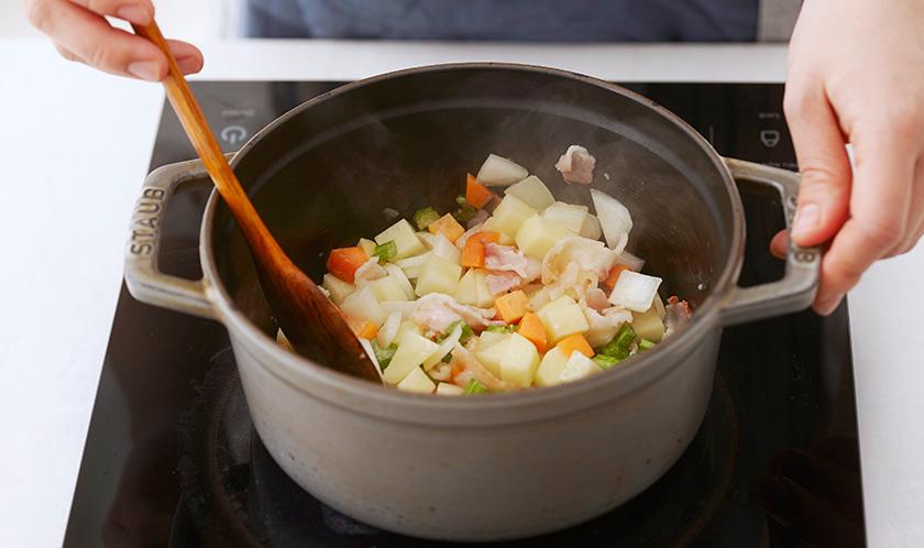 양파가 익기 시작하면 감자, 당근, 샐러리를 넣어 가볍게 볶는다.