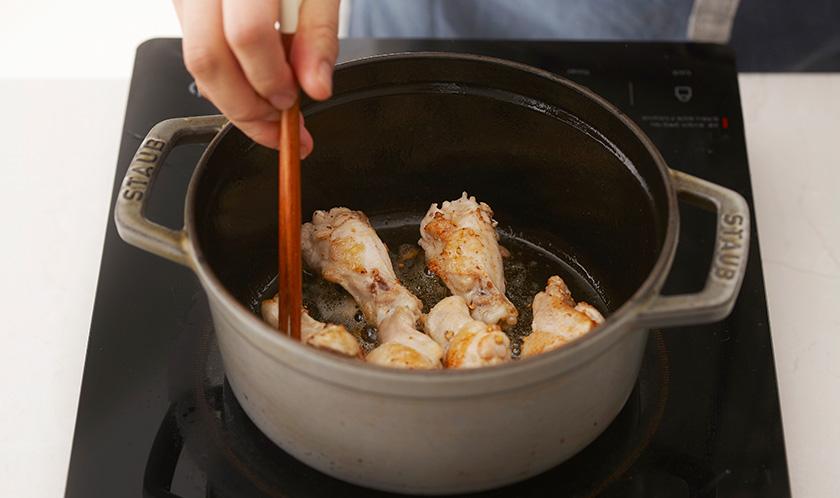 버터를 두른 두툼한 냄비에 닭봉을 구운 색이 들도록 굽는다.