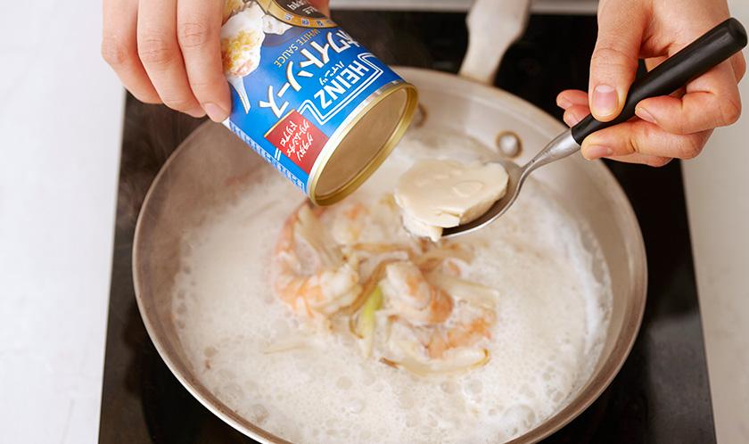 화이트와인을 넣어 알코올을 날린 후, 화이트 소스와 우유를 넣고 끓인 다음 시금치를 넣는다.