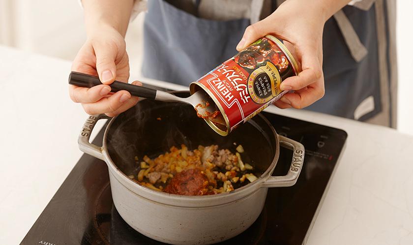 데미그라스 소스와 물을 넣고 약불로 끓이다, 케찹, 소금, 후춧가루를 넣어 간을 한다.
