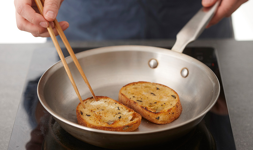 버터를 두른 팬에 통밀바게트를 노릇하게 굽는다.