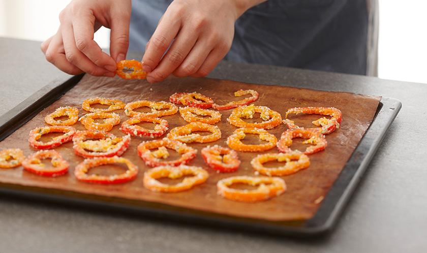 오븐시트를 깐 오븐팬에 2를 겹치지 않게 올린 후 180℃로 예열된 오븐에서 30분간, 100℃로 내려 20분간 굽는다.