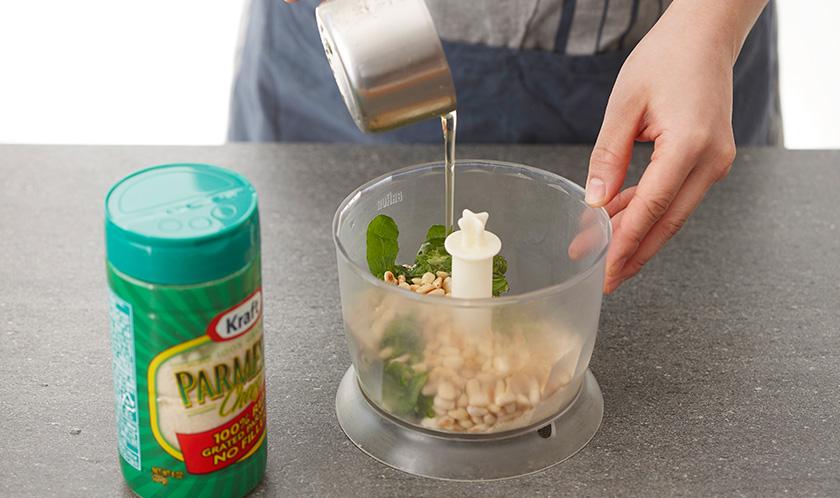 믹서에 루콜라, 잣, 마늘, 파마산 치즈, 올리브오일을 넣어 곱게 간다.