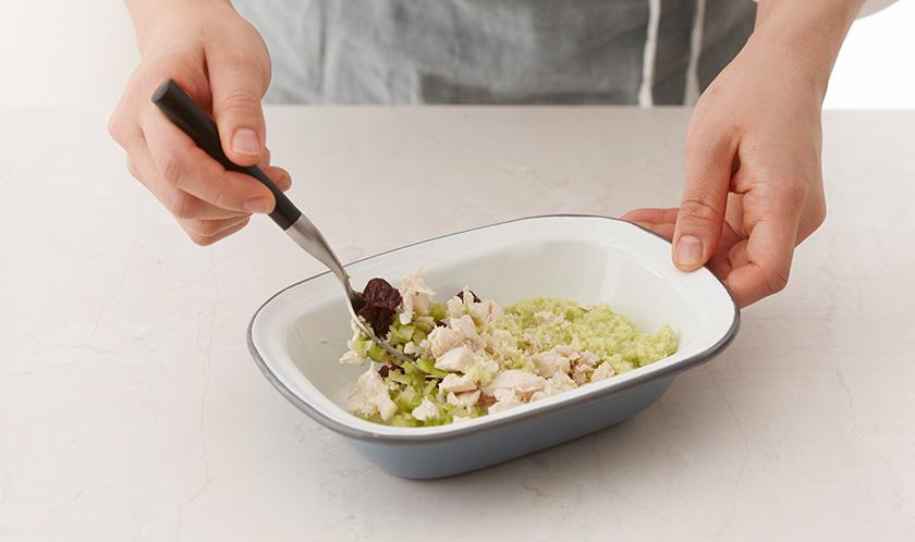 볼에 닭가슴살, 2, 크랜베리, 다진 샐러리, 다진 샬롯을 넣고 골고루 섞는다.
