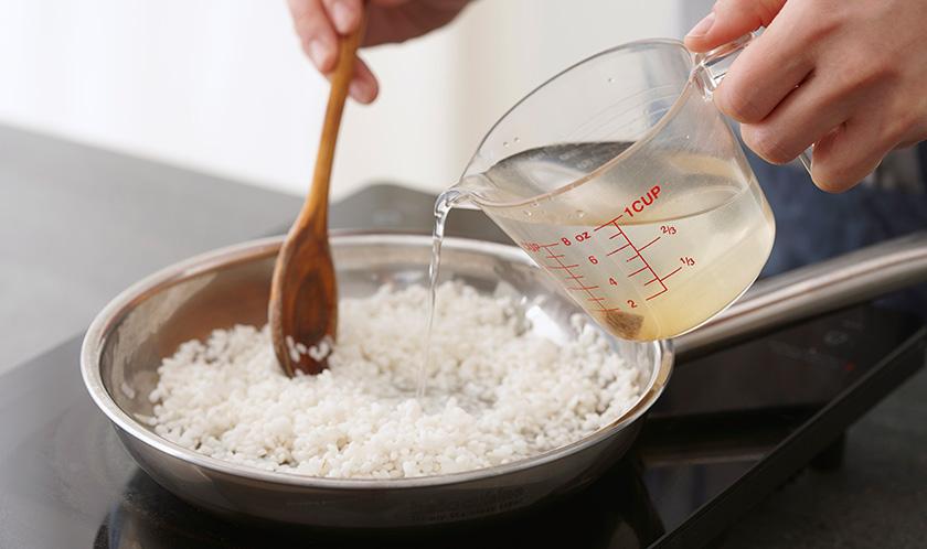중간중간 치킨스톡을 녹인 물을 넣어가며 볶는다.