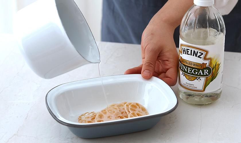 연근은 얇게 편 썬 후 끓는 물에 살짝 데쳐 배합초 1큰술에 버무려둔다.